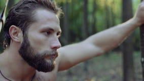 Portret przystojny brodaty mężczyzna z ax w lesie 4K zdjęcie wideo