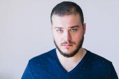 Portret przystojny brodaty młody człowiek fotografia royalty free