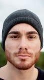 Portret przystojny cool mężczyzna z nakrętki wełną Obraz Stock