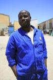 Portret przystojny czarnego afrykanina mężczyzna z jego workwear w Nami Obrazy Royalty Free