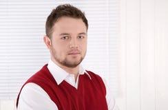 Portret przystojny konsultant przy biurem. zdjęcia stock