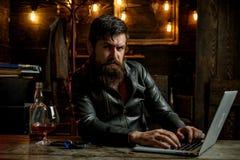 Portret przystojny mężczyzna z brodą Brutalizm i męski pojęcie Zakład fryzjerski, goli Macho pije jego obrazy stock
