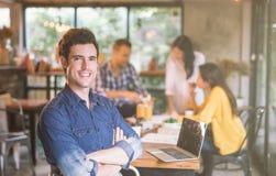 Portret przystojny mężczyzny lider pracować drużyny coworking biuro zdjęcia royalty free