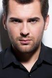 Portret przystojny mężczyzna w czarnej koszula. obraz stock