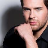 Portret przystojny mężczyzna w czarnej koszula fotografia royalty free