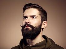 Portret przystojny mężczyzna z brodą Obrazy Royalty Free