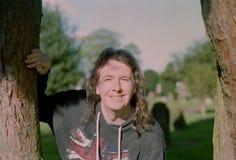 Portret Przystojny mężczyzna Z Długie Włosy ono Uśmiecha się Fotografia Stock