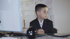 Portret przystojny męski colleger obsiadanie przy miejscem pracy 4K zbiory
