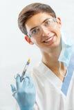 Portret przystojny męski dentysta z stomatologicznymi narzędziami w denta Fotografia Royalty Free
