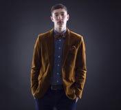 Portret przystojny młody człowiek obrazy stock