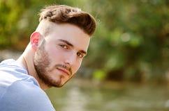 Portret przystojny młody człowiek outdoors w naturze fotografia royalty free