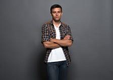 Portret przystojny młody człowiek - uczeń miastowy fotografia stock