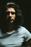 Portret przystojny młody człowiek z długie włosy Fotografia Royalty Free