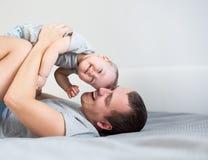 Portret przystojny młody człowiek z jego małą śliczną córką ma zabawę wpólnie obrazy stock