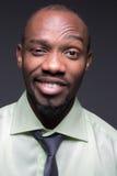 Portret przystojny młody czarnego afrykanina ono uśmiecha się Obraz Royalty Free