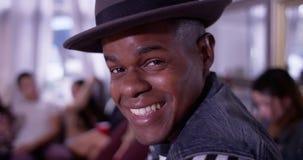 Portret Przystojny młody czarny modnisia mężczyzna ono uśmiecha się i laughin Obrazy Royalty Free