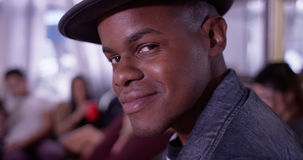 Portret Przystojny młody czarny modnisia mężczyzna ono uśmiecha się przy kamerą w Obrazy Royalty Free