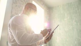 Portret Przystojny Młody Szczęśliwy mężczyzna Używa Cyfrowej pastylkę zbiory wideo