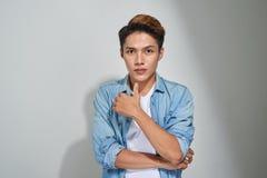 Portret przystojny młody azjatykci facet pozuje w studiu Zdjęcie Stock