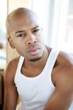 Portret przystojny młody człowiek siedzi samotnie indoors Zdjęcie Royalty Free