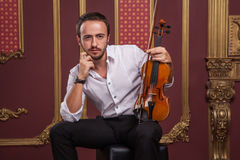 Portret przystojny młody muzyk bawić się skrzypce Zdjęcia Stock