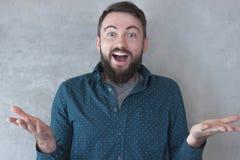 Portret przystojny pomyślny młody człowiek z brodą w koszula z radosnym wyrażeniem obraz stock