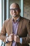 Portret przystojny przypadkowy biznesowy Indiański mężczyzna z szkłami Obrazy Royalty Free