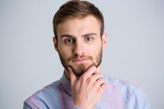 Portret przystojny rozważny młody człowiek z brodą obraz stock