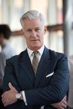 Portret przystojny starszy biznesowy mężczyzna przy nowożytnym biurem Zdjęcia Stock