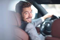 Portret przystojny uśmiechnięty biznesowy mężczyzna jedzie jego samochód Obrazy Stock