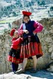 Portret Quechua Indiańska kobieta i jej córka od Patachancha społeczności, Andes Halni Zdjęcie Royalty Free