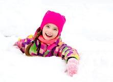 Portret rżnięty uśmiechnięty małej dziewczynki dziecko w zima dniu fotografia royalty free