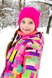 Portret rżnięty uśmiechnięty małej dziewczynki dziecko w zima dniu obraz royalty free