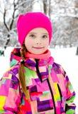 Portret rżnięty uśmiechnięty małej dziewczynki dziecko w zima dniu obrazy royalty free