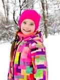 Portret rżnięty uśmiechnięty małej dziewczynki dziecko w zima dniu obraz stock