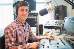 Portret radiowy gospodarz używa rozsądnego melanżer fotografia stock