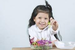 Portret radość dziewczyna która jadł sałatki, która był śliwkami Obrazy Stock