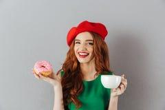 Portret radosna elegancka dama z imbirowym włosy w czerwonych beretów brzęczeniach Obrazy Stock