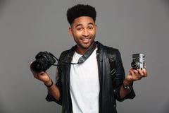 Portret radosny afro amerykański facet w skórzanej kurtce Obraz Stock