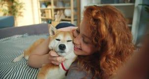 Portret radosny dziewczyny całowania shiba inu psi i bierze selfie mienia kamerę zbiory wideo