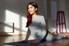 Portret radosny młody atrakcyjny długi z włosami sporty kobiety doi zdjęcie stock