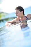 Portret relaksuje w basenie rozochocona kobieta Zdjęcia Stock