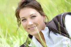 Portret relaksuje w traw polach kobieta Zdjęcie Royalty Free