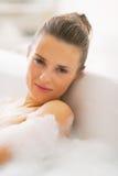 Portret relaksuje w wannie młoda kobieta Obraz Royalty Free