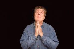 Portret religijny ekspresyjny mężczyzna modlenie w studiu zdjęcie stock