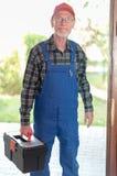 Portret repairman trzyma jego toolbox obraz royalty free