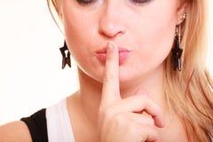 Portret robi cisza gestowi blondynki kobieta zdjęcie stock