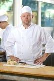 Portret robi jedzeniu w wielkiej kuchni ufny szef kuchni Fotografia Stock