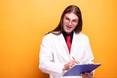 Portret robi niemądrym twarzom lekarka zdjęcie stock