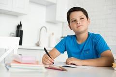 portret robi pracie domowej samotnie przy stołem zadumana chłopiec fotografia royalty free